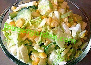 Frischer, delikater und leicht zu kochender Chinakohlsalat mit Gurke und Mais