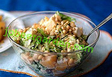 Une gamme inhabituelle de saveurs - salades de chou chinois aux pignons de pin, noix et autres noix
